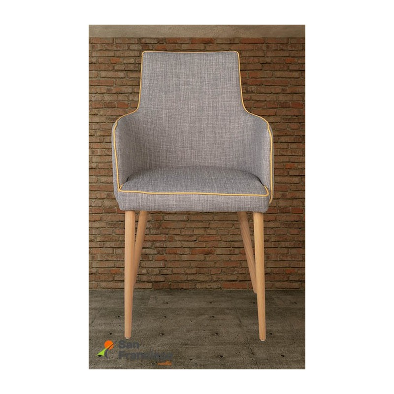 Cómodo sillón de diseño moderno económico. Tapizado color marrón con vivos contrastados. Patas en madera maciza color natural.